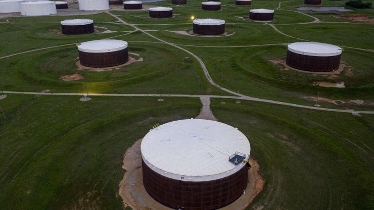 Giá xăng dầu hôm nay 17/9: Dầu tiếp tục tăng khi dự trữ dầu thô giảm do bão