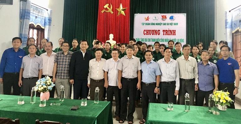 Hội Doanh nhân trẻ và Đoàn Thanh niên VRG tặng quà các công ty miền Trung
