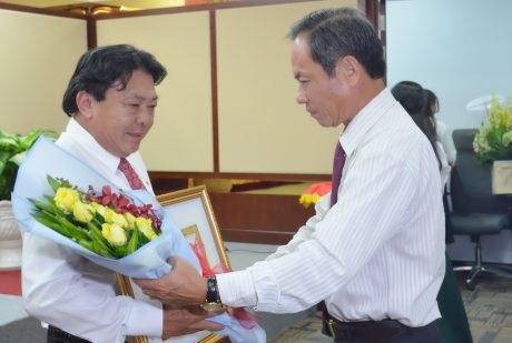 Trao Huy hiệu 30 năm tuổi Đảng cho đồng chí Phan Mạnh Hùng