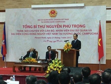 TGĐ VRG Trần Ngọc Thuận báo cáo Tổng Bí thư Nguyễn Phú Trọng về chương trình trồng cao su ở Campuchia