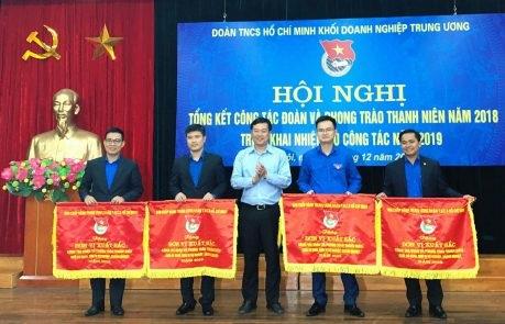 Đoàn Thanh niên VRG nhận Cờ thi đua xuất sắc